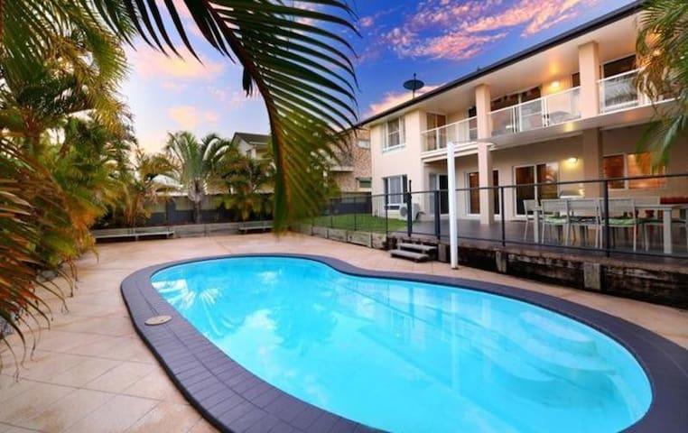Alex Beach House 300m from the beach with Aircon! - Alexandra Headland - Casa