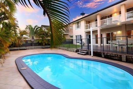 Alex Beach House 300m from the beach with Aircon! - Alexandra Headland