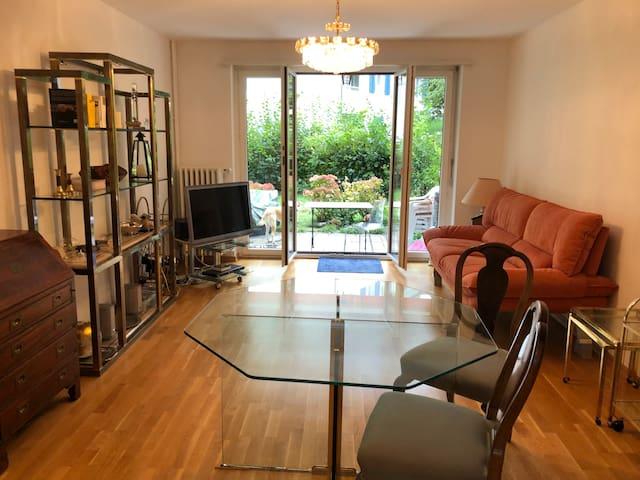 Wohnraum mit TV, DVD-Player, Cd/Radioplayer, wifi Drucker, Sofa und 2-5 Stühle nach Bedarf.