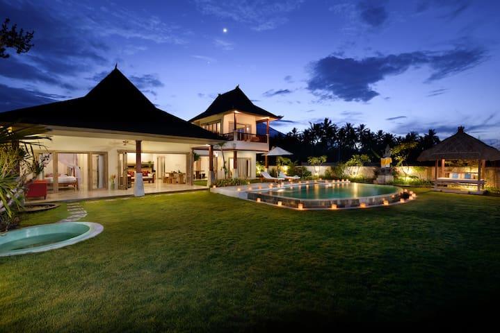 3 Bedrooms Beachfront Villa in Amed - คารังกาเซม