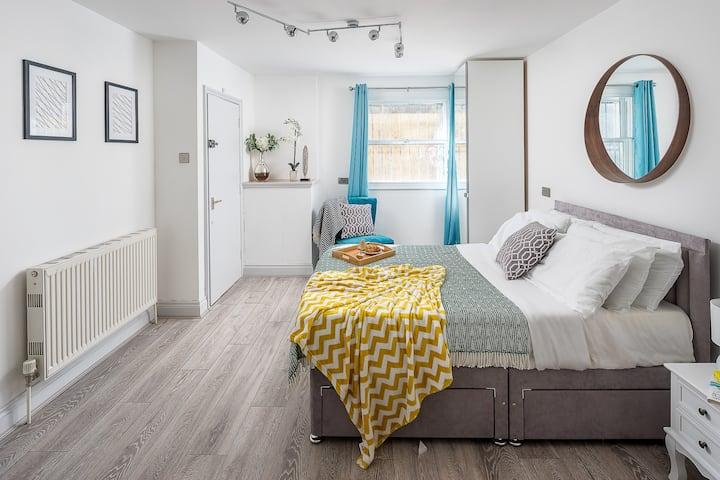 Double bed Studio flat close to Brick Ln, London
