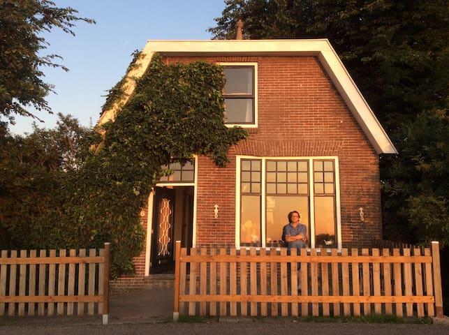 Cosy private house at 7 min AmsterdamCS+8 (e)bikes