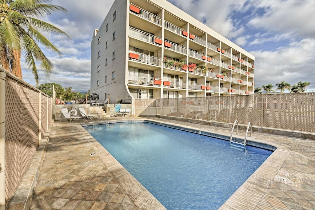 From the community pool to the prime location, a short walk from the beach, this condo ensures a memorable stay.