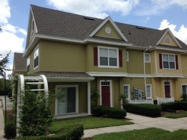 4 bedroomTownhouse, Free WiFi/TV, Close to Disney