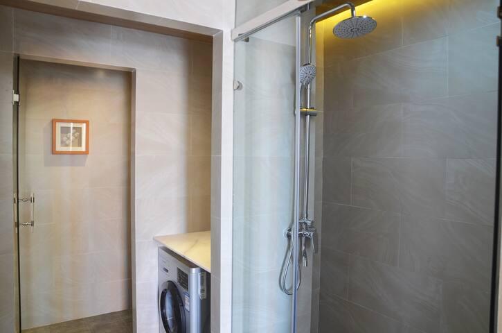 大门进来左手边是洗手间,右手边是厨房