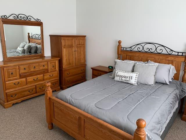 Queen size bedroom 3