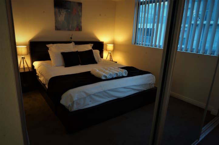 Entire Floor/ Master Rm/ Ensuite/Mini bar/King Bed