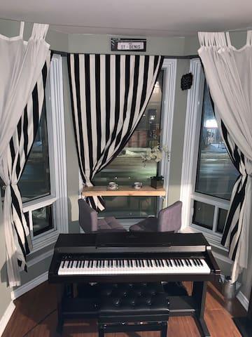 Situé au 2ieme étage; les piétions de la rue Saint-Denis ne peuvent pas voir à l'intérieur. (Piano fonctionnel à 2 pédales)