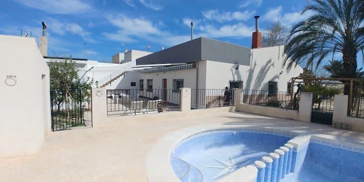 Grande maison calme avec piscine privée.