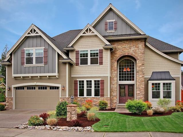 Gorgeous Lake Tapps Home in Upscale Neighborhood