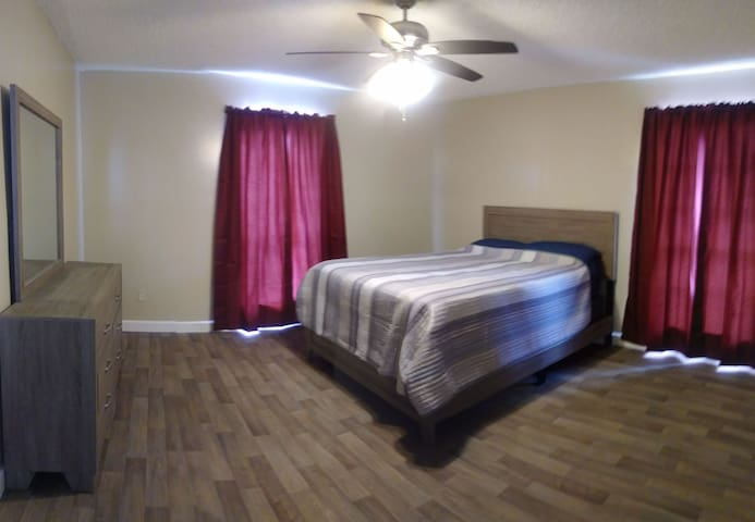 HUGE Bedroom Near Beach! Amenities, TV &1G WiFi