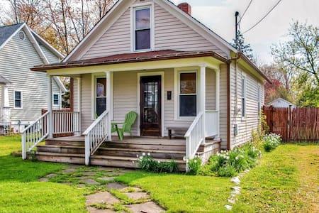 Quaint 2BR Three Oaks Home - Ház