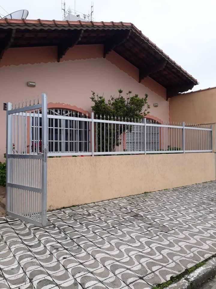 Casa no Jardim Imperador a 30 mts. da praia!!!!