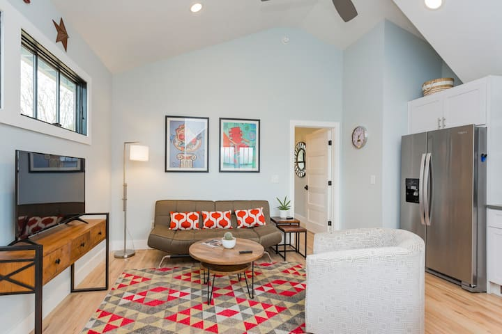 Take a Short Scenic Stroll to Five Points! WiFi, AC, Parking, TV