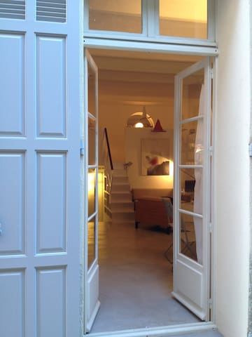 Lovely artist flat located in old Antibes