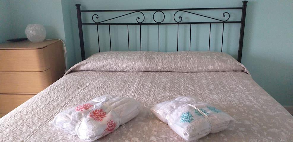 Camera da letto  che da sul balcone con tv