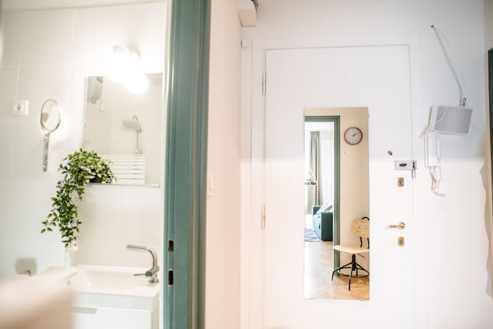 Bathroom / entrance