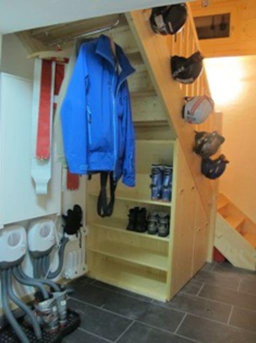 Sèches souliers et gants, étagères à souliers.