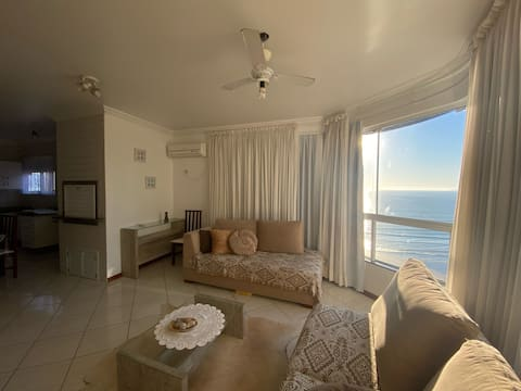 Perfect apartment 20 steps from the beach with sea view