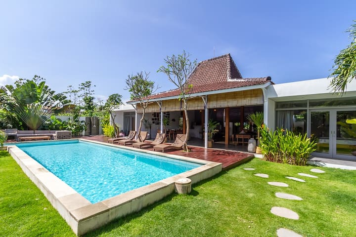 PROMO!!! 4 bdrs Villa in Seminyak next to beach