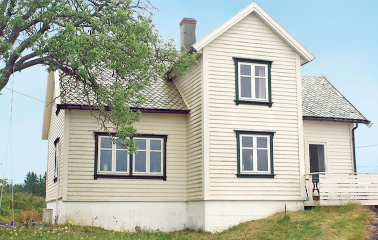 Holiday cottage with 4 bedrooms on 130 m² in Tjeldstø