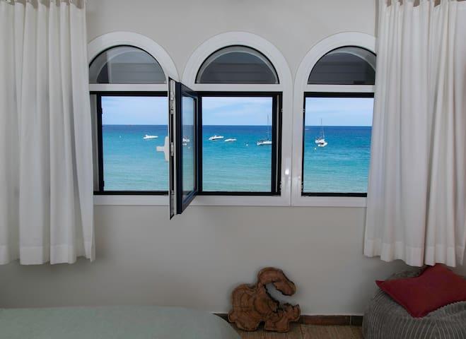 Vistas de la habitación principal/Views from the main bedroom.