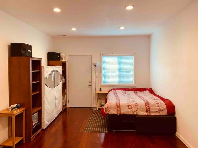 Central Bay Area Large Room w/Memory Foam Mattress
