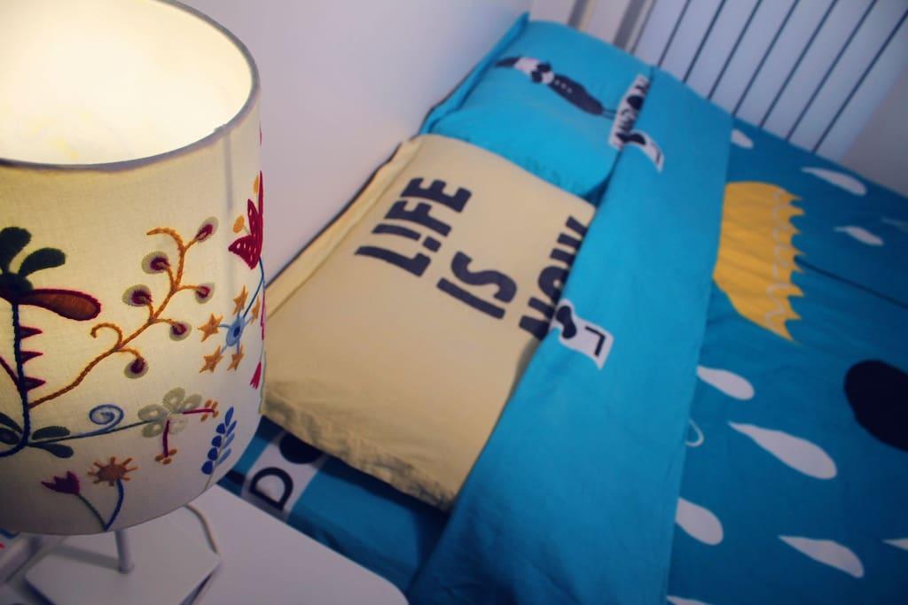 床头灯和大床