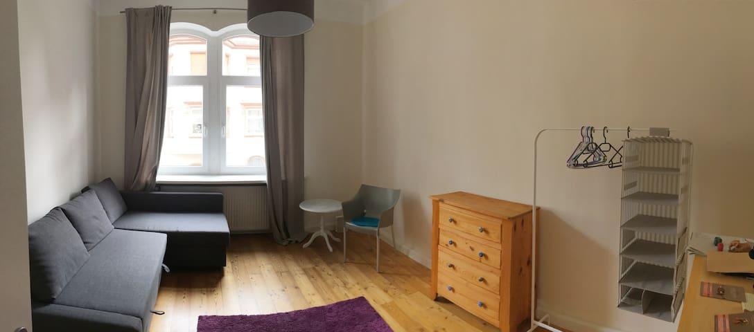 Möbliertes Zimmer in Altbauwohnung
