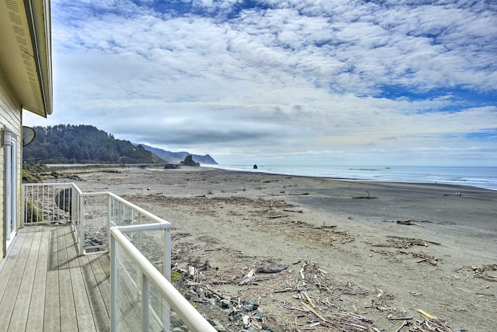 Gold Beach Getaway w/ Hot Tub, Deck & Ocean Views!