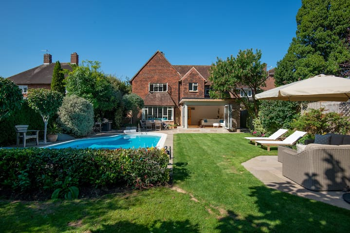 Chichester/Goodwood luxury house with pool