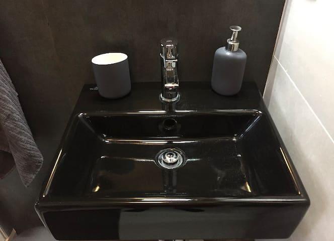 Black Villeroy & Boch sink