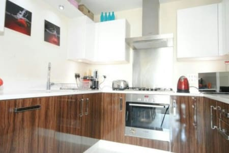 Clean & New Apartment - Twickenham High St - Twickenham