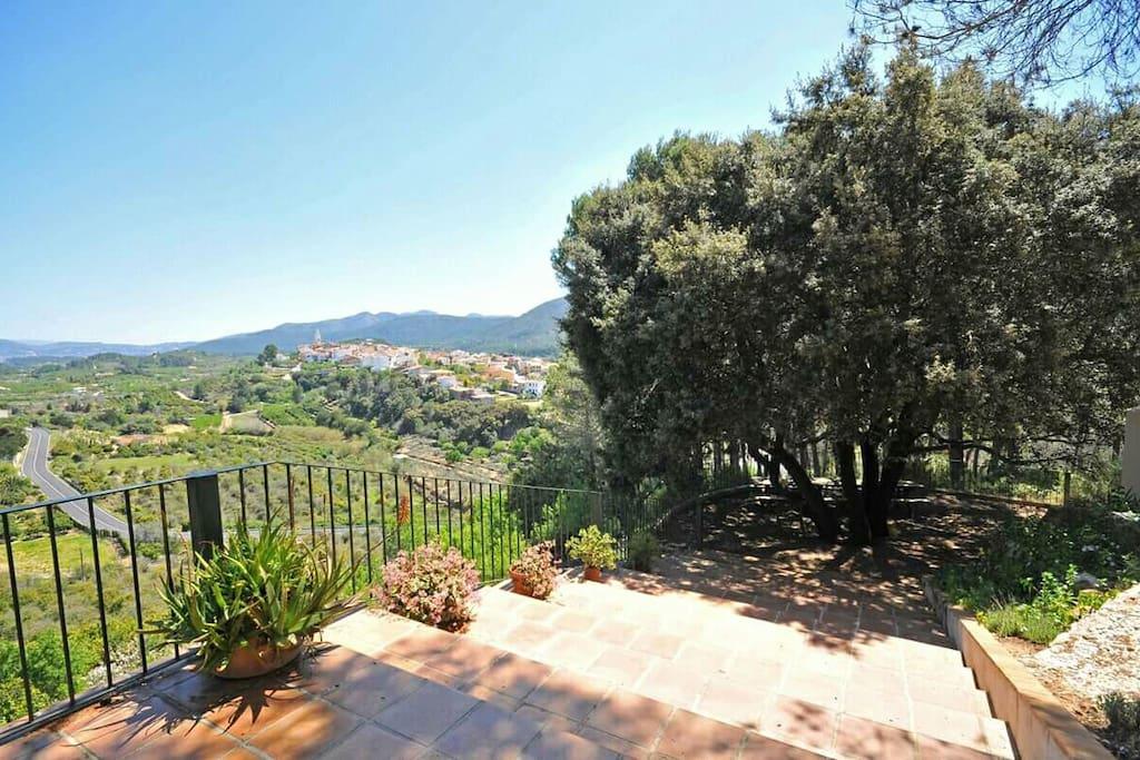 Vistas desde la terraza hacia la encina con el merendero.