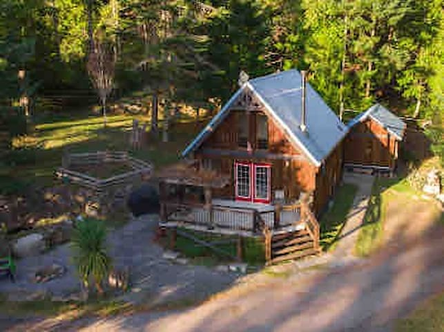 Ravens Ridge cottage, 15 acres of private forest