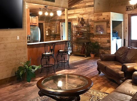 Rustic Charm Guest Cottage A+ Location, spacious