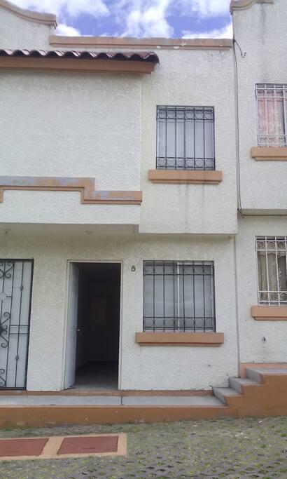 Casa de 2 niveles con lugar de estacionamiento