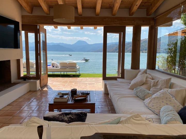 Hermosa casa al pie del lago de Valle de Bravo