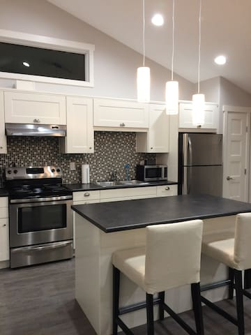 Brand new 1 bedroom guesthouse close to downtown - Edmonton - Guesthouse