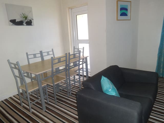 Spacious WestEnd Double Room near BusStop &Parking - Glasgow - Apartment