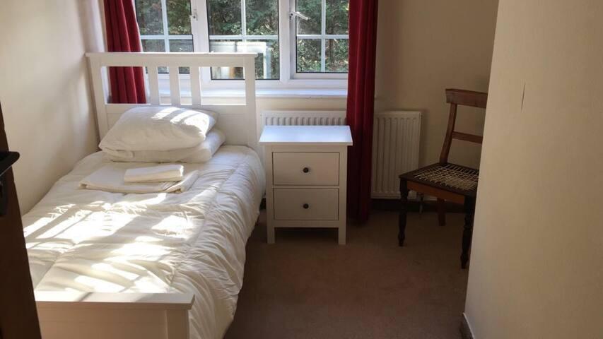 Comfortable single bedroom in prime area