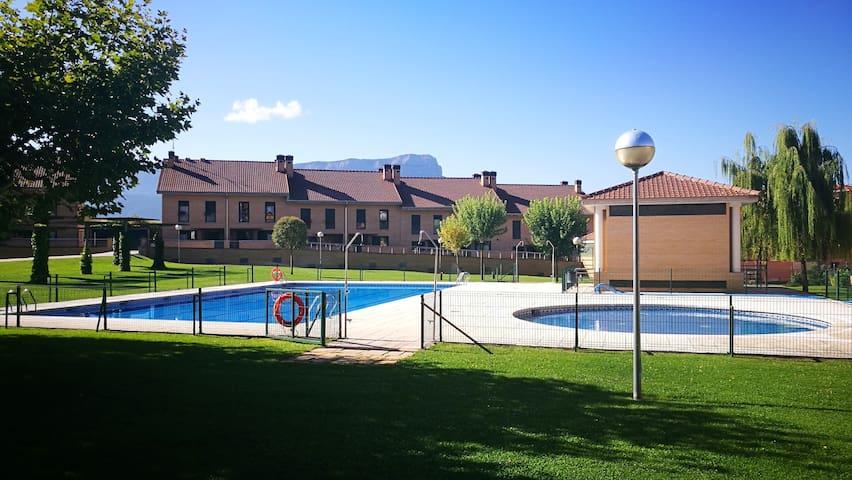 PISO EN JACA. Moderno y espacioso.