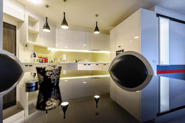 Luxury 3 room apartament near the city center.