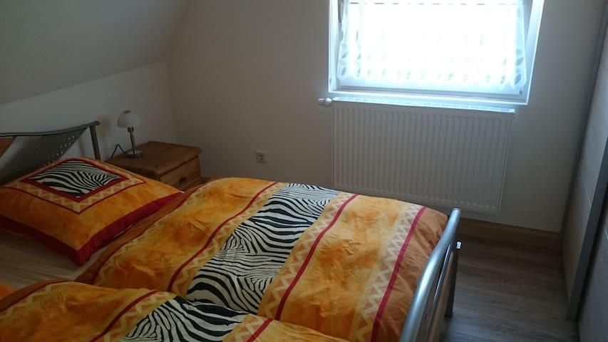 Schlafzimmer mit Doppelbett 1,80x2m