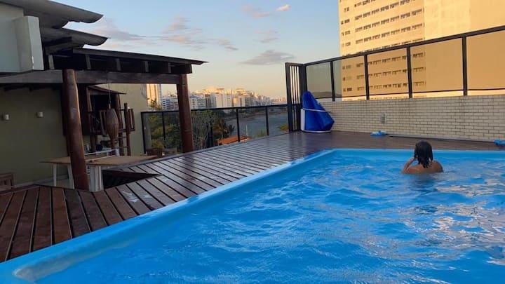 Linda cobertura com piscina e vista para o mar