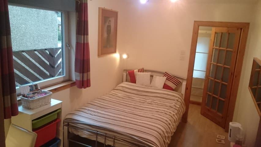 Quiet dbl room, near train Edinburgh/Glasgow/bfast