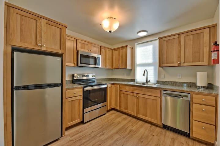 Laurel Cottages: Studio + Kitchen Downtown Ashland