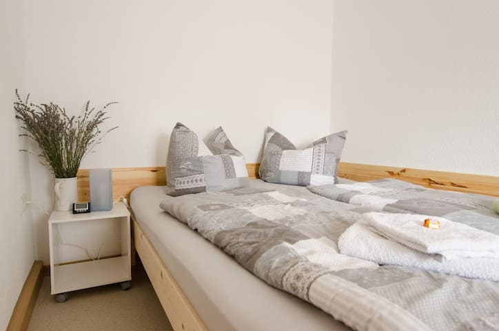 gemütliches Doppelbett im Schlafraum