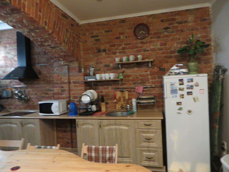 Кухня : плита, электрочайник, все кухонные принадлежности для приготовления разнообразной еды, утюг.