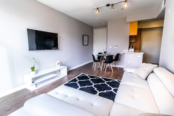 Awesome 2 bedrooms blocks to the beach